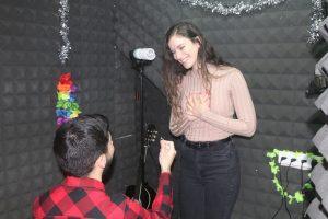 הצעת נישואין מקורית באולפן הקלטות